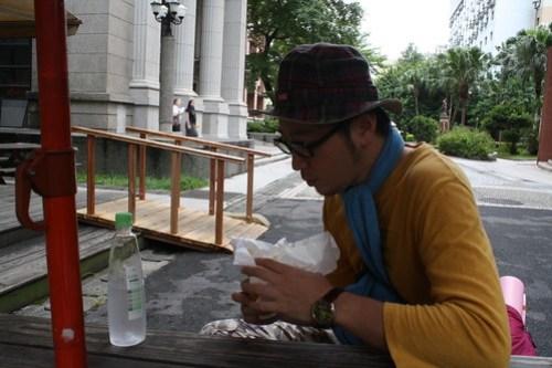 [台湾2.5] 学校でハンバーガを食べる。