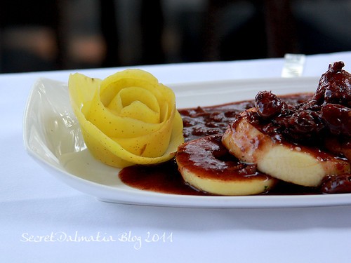 Apples and dried figs in plavac mali sauce
