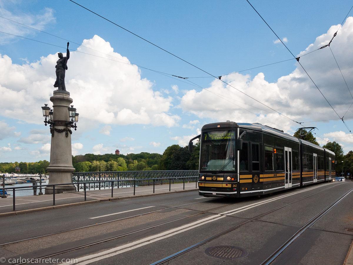 Tranvía de la línea 7 en el puente de acceso a Djurgården