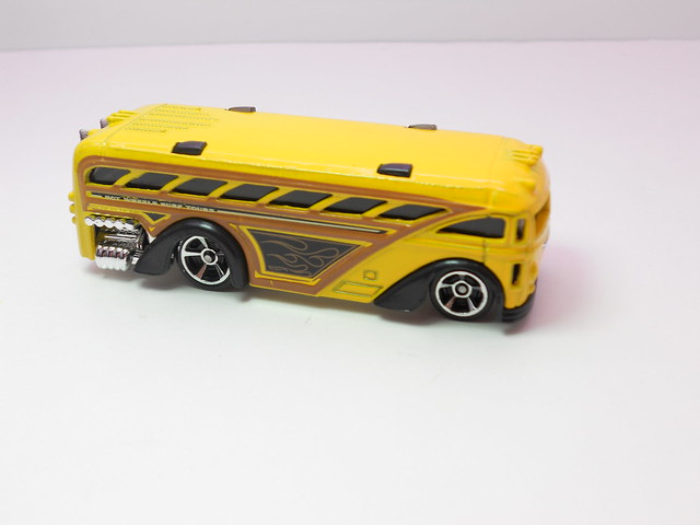 hot wheels surfin' school bus yellow (2)