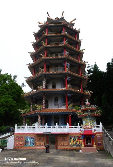 龍鳳佛堂旁邊的塔,其實還蠻漂亮的,只是牆面有些斑駁了。