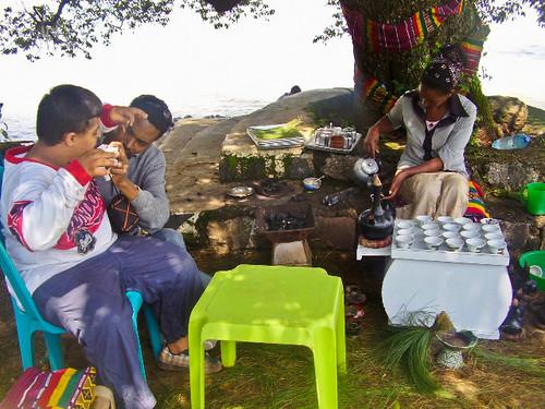 Si prepara il Bunna sul lago Tana