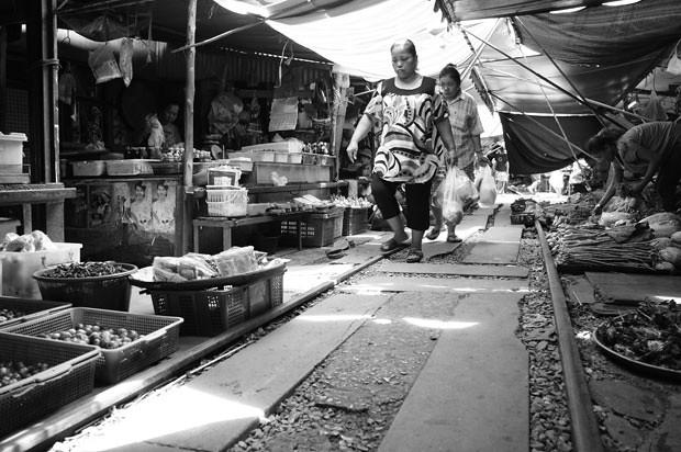 mercado-sobre-las-vías-del-tren-tailandia