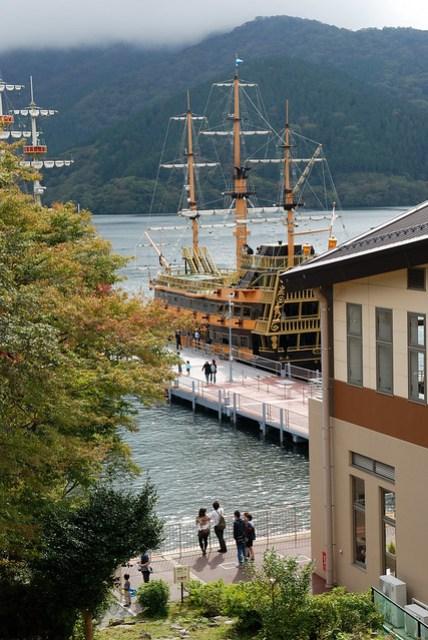 停靠在岸邊的海賊船