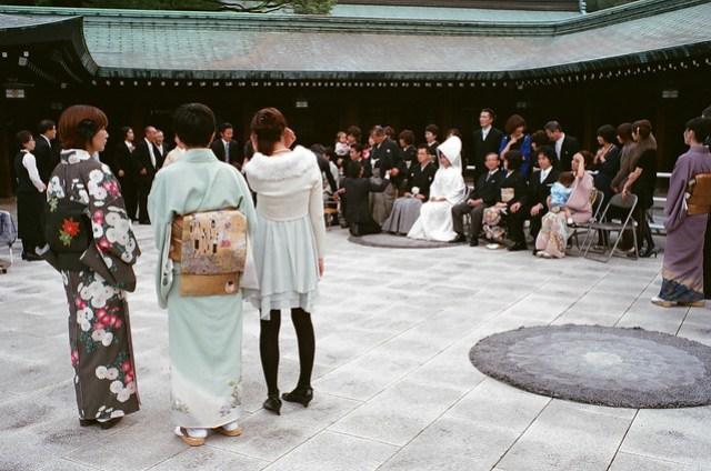 比對他們拍合照的嚴謹,我們的婚紗照根本就是亂拍一通,不專業。Film: Fujifilm X-TRA 400. Camera: Leica M6. Lens: Leica 35 mm f/2 Summicron-M IV.