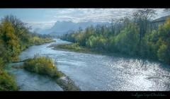 Au milieu coule une rivière...
