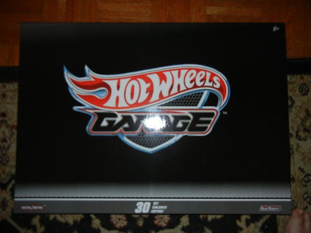 2011 HOT WHEELS GARAGE 30 CAR SET (1)