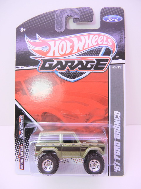 2011 HOT WHEELS GARAGE 30 CAR SET '67 FORD BRONCO (1)