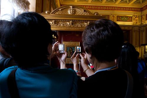 Turistas fotografiando un cuadro