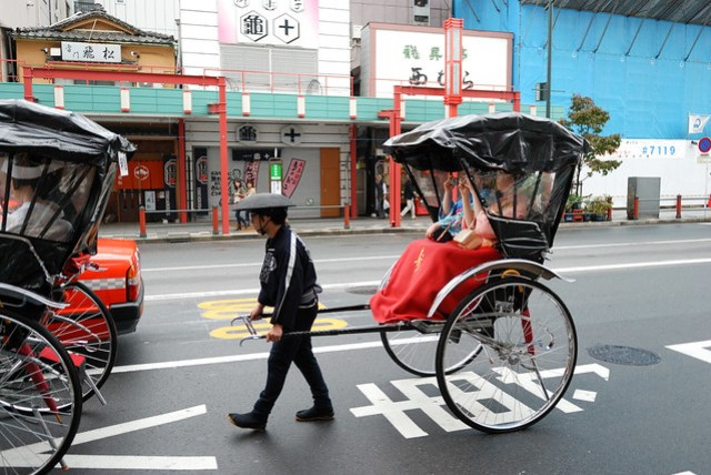 剛出地鐵站就看到有人進行傳統婚禮繞街儀式,跟鹿港的三輪車繞街很有異曲同工之妙