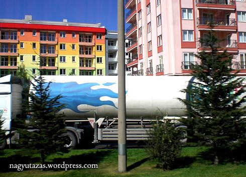 Színes emeletes ház Törökországban