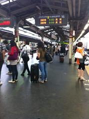 朝の新宿駅