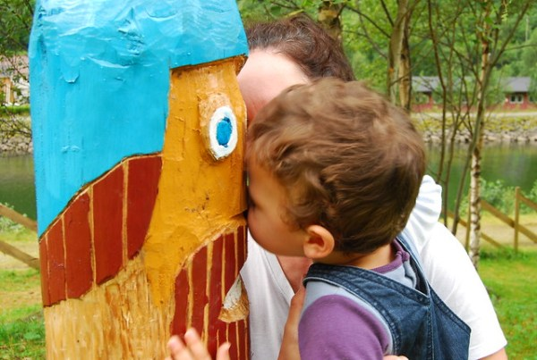 Teo besando un tótem vikingo