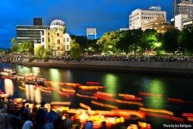 Toro Nagashi en Hiroshima el día del aniversario de la bomba atómica