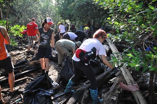 067pre-national-day-cleanup-lim_chu_kang-06aug2011[kpinto]