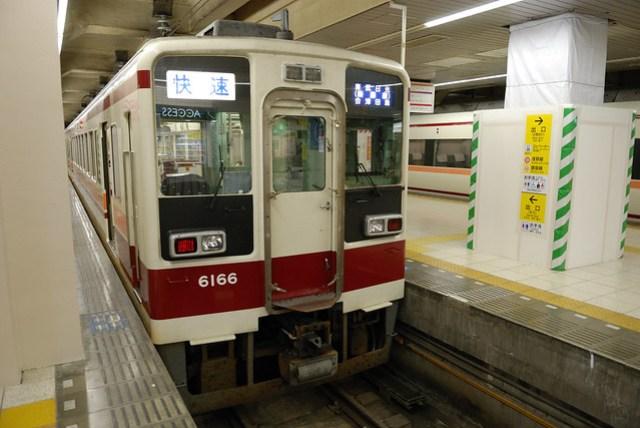 東武鐵道往日光的電車也有普通車和特急,因為想省錢而且只差二十分鐘,所以坐了普通車,椅子超難坐