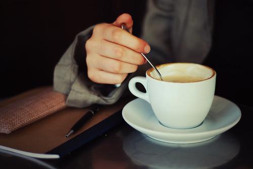 Seduto in quel caffè, io non pensavo a te
