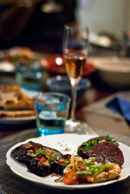 Antipasti: gebakken aubergine, gegrilde courgette en salade van mosselen, inktvis en garnaaltjes