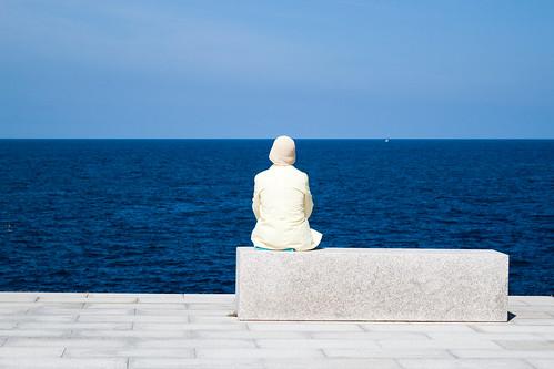 senyora amb barret mirant al mar by frostis