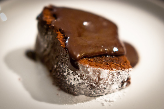 Chocolade cake met chocolade saus: death by chocolate @ Flickr