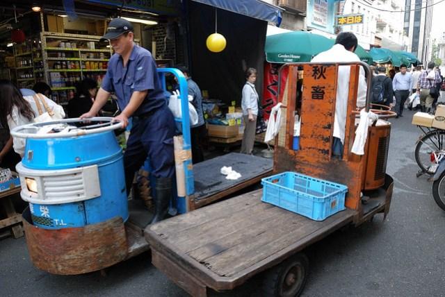 他們送貨的小車,這樣的 size 在狹小的巷道裡似乎比較機動