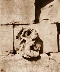 Tâfah (Taphis) - constructions a assises courbes - figure provenante d'une niche sculptée, 1851-2, by Félix Teynard
