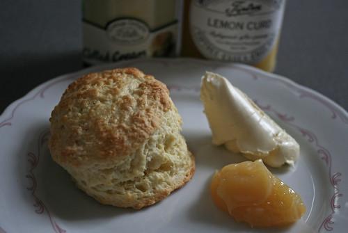 Scones mit Lemon Curd & Clotted Cream