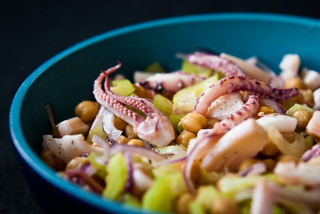 Salade van inktvis, kikkererwten en bleekselderij