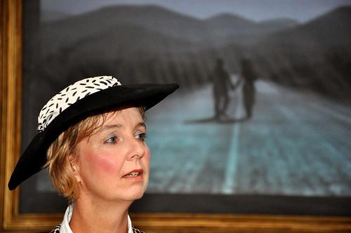 Dea (Ingrid Loeld Rasch) framför Charlie Chaplins vandring mot soluppgången.