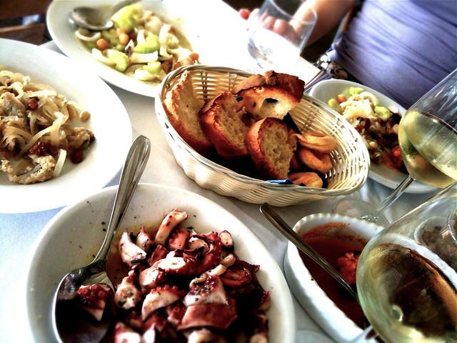 Salade van inktvis, kikkererwten en bleekselderij en andere antipasti bij La Veranda di Giselda