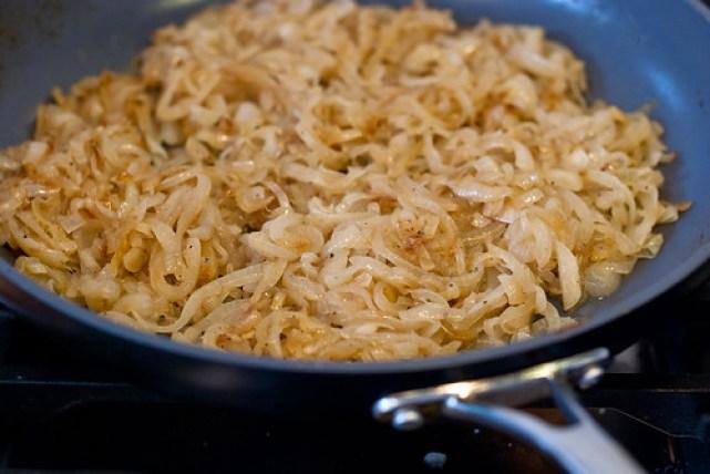 Nodig voor een pissaladière: gekarameliseerde uien