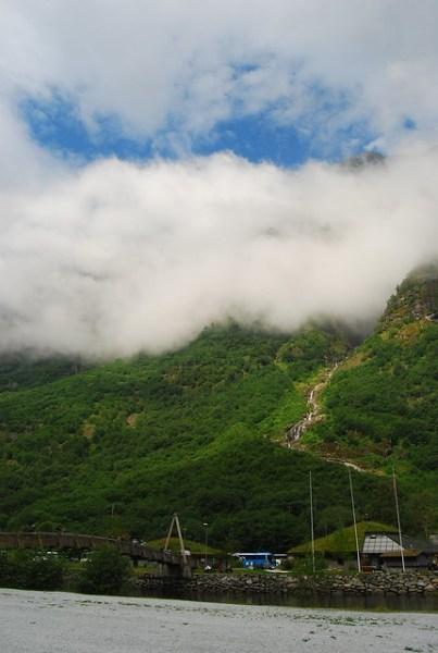 Nubes y saltos de agua en Gudvangen