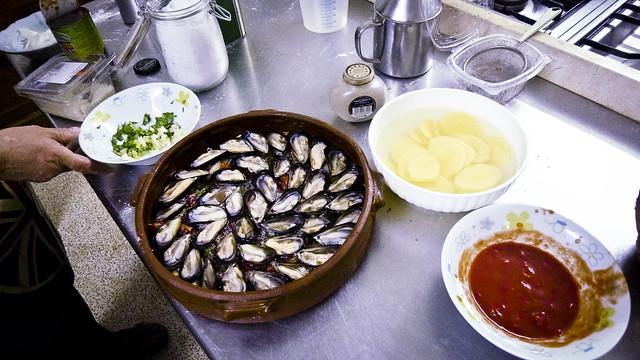 Seafood in Puglia: een tiella baresi met mosselen, rijst, uien, aardappel en tomaat bij Rita in Masseria Serra dell'Isola