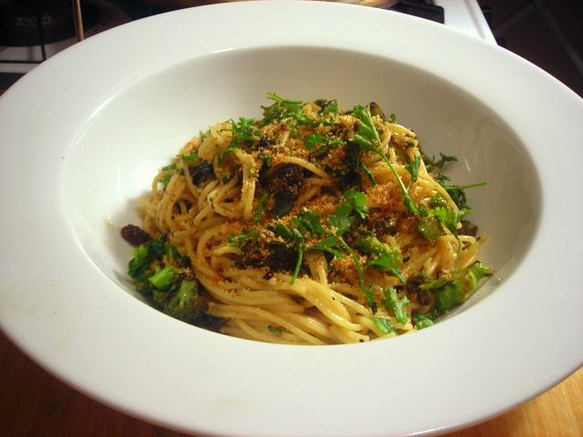 Thin spaghetti with Italian broccoli, anchovy, rocambole garlic and fried breadcrumbs