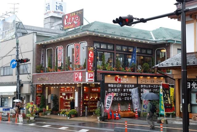 車站附近有一些餐廳,就這家看起來最順眼