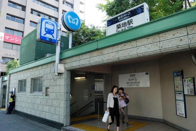很多資料都顯示要去築地市場要搭到築地市場站,但從上野出發就得轉很多次車,其實築地站也很近,過了個本願寺就到了
