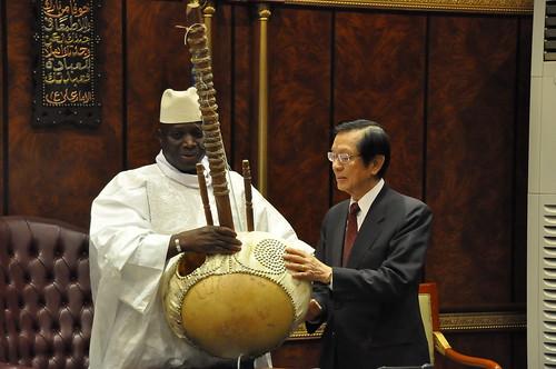甘比亞總統賈梅(Yahya. J. J. Jammeh)致贈楊部長甘國傳統樂器