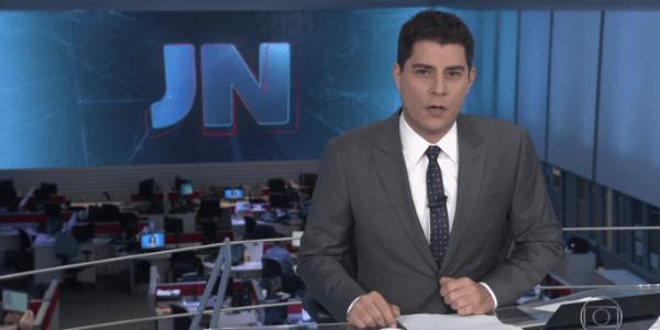 "Evaristo Costa se confunde e diz ""boa tarde"" no ""Jornal Nacional"""