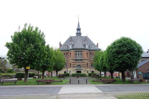 La mairie fait face à la Meuse.