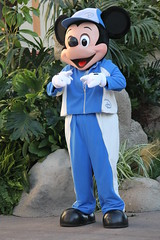 Sports Mickey cheers at the 1 Mile Kids' Race