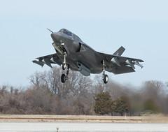 Un jet F-35 armé de missiles