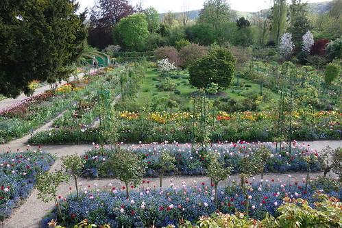 Au printemps, le jardin est en fleurs.