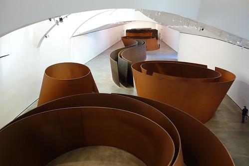 Une des installations spectaculaires du musée : un labyrinthe de métal !
