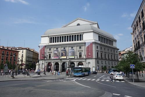 Non loin de là, le théâtre royal !