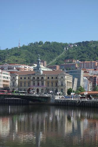 La mairie, et à l'arrière plan, le funiculaire.