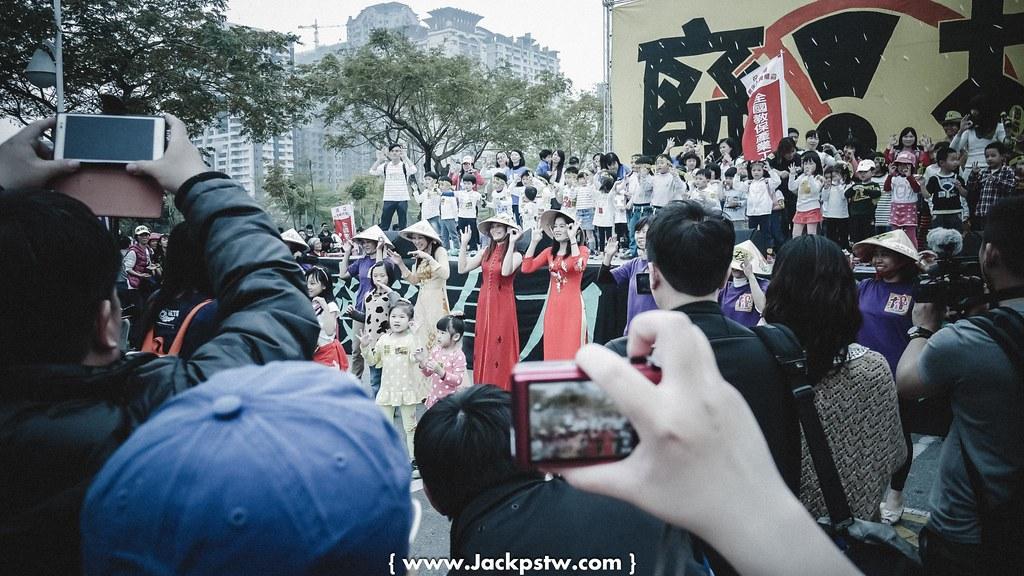 外來新娘帶她們小朋友參加高雄廢核活動