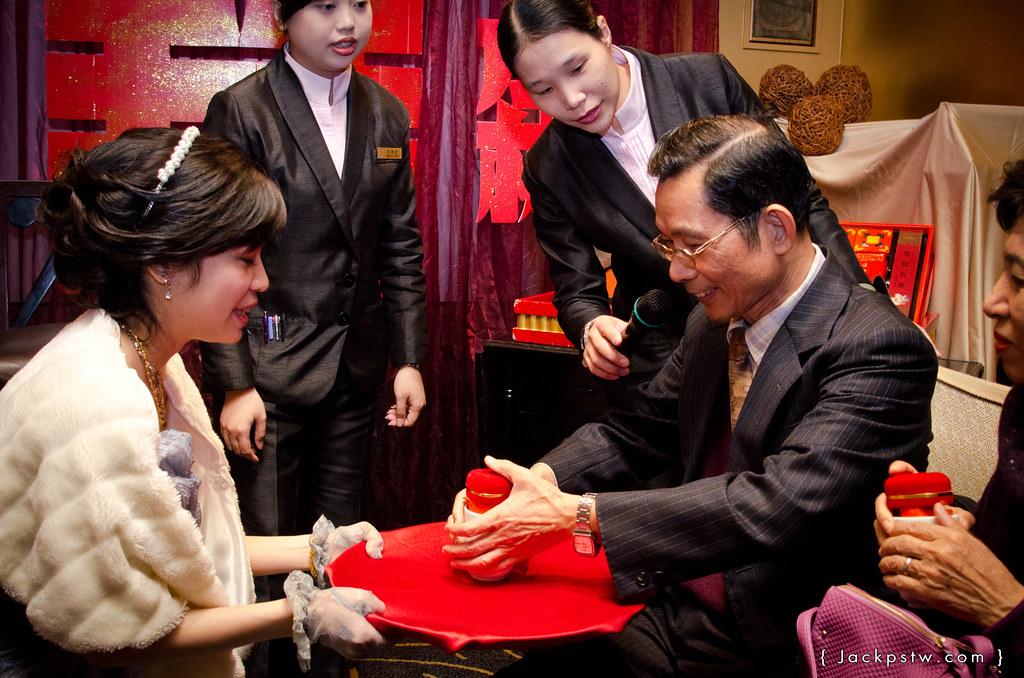 新娘奉茶給男方父親