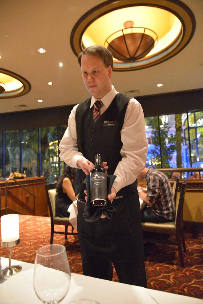 服務員在介紹紅酒