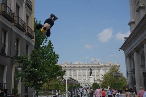 En longeant le théâtre, Pelico s'en vole vers le palais royal !