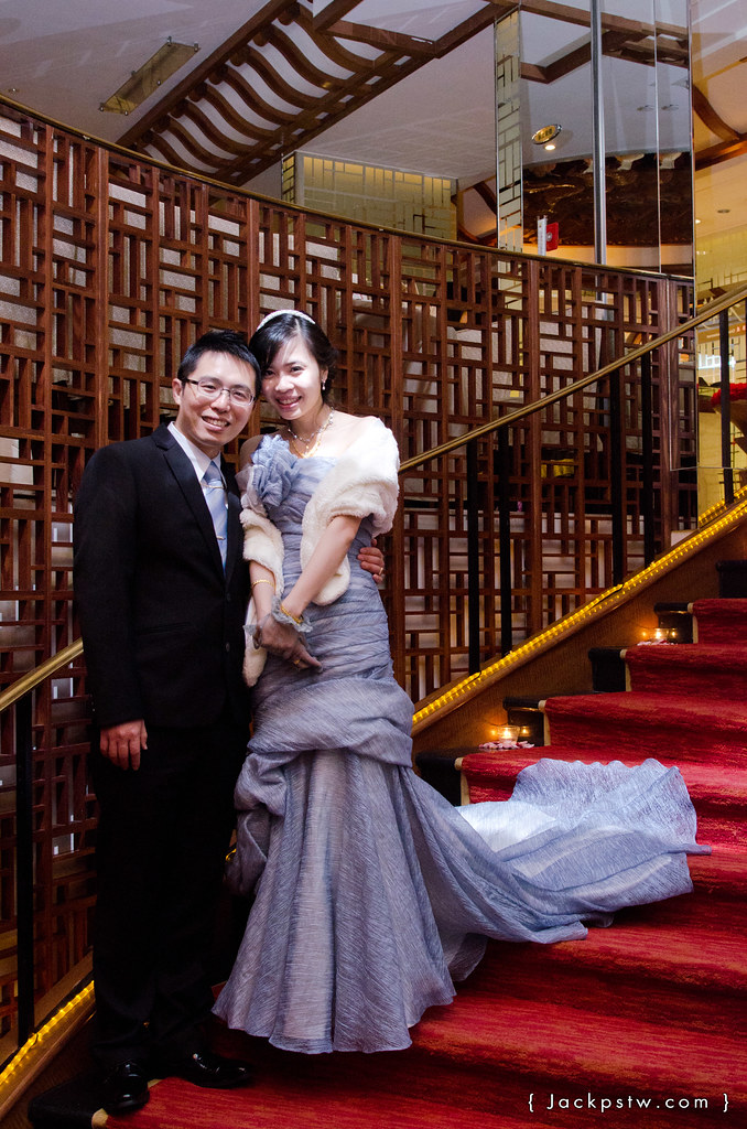 新郎新娘在飯店的階梯拍照-高雄漢來大飯店